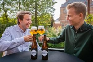 """Kroegentocht van Daan (22) en Mattis (24) eindigt met eigen bier: """"Je kan er meer dan één van drinken"""""""