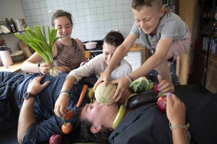 """GETEST. Elke dag 500 gram groente en fruit? Dit gezin ging de uitdaging aan. """"Verdomd veel snijwerk"""" – zo liep week 1"""