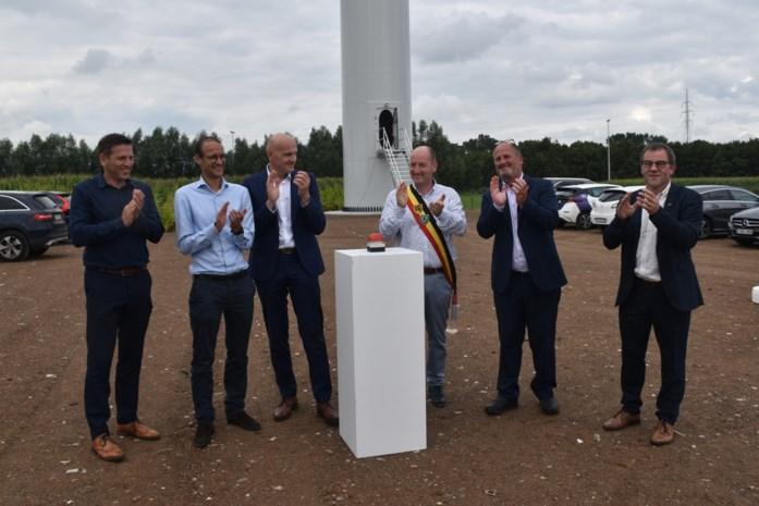 """Stad huldigt 23ste windmolen op grondgebied in: """"Met de opbrengst kunnen we ieder jaar 25.000 euro doneren aan het klimaatfonds"""""""