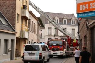 Man onder invloed van drugs kampeert drie uur lang op dak, verkeer in stadscentrum draait in de soep