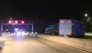 Vrachtwagen voor kippenvervoer crasht op E19, twee inzittenden zwaargewond