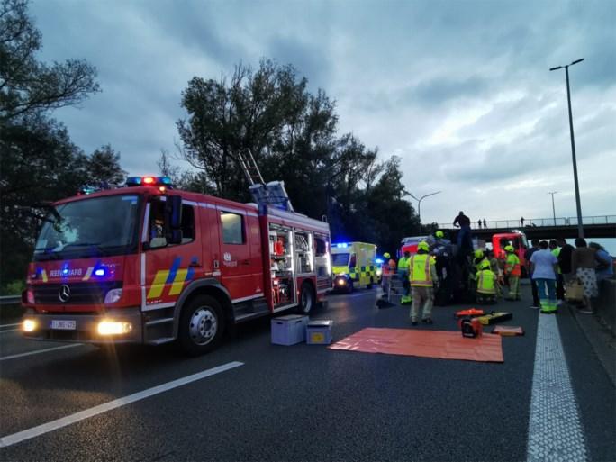 Twee zwaargewonden na aanrijding op E17, snelweg afgesloten