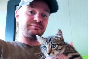 Man vindt doodziek katje in dichtgeknoopte plastic zak en redt het van verstikkingsdood
