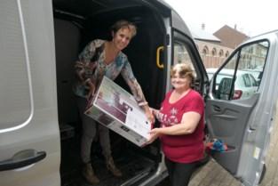 Juf Elsje en kapster Marleen delen voor negende keer hulpgoederen uit