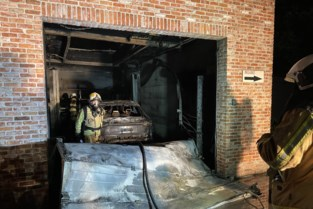 """Brand in garage vernielt twee auto's: """"Porsche was nog geen maand oud"""""""