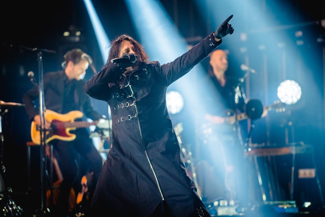 """Channel Zero-frontman brengt ruige punkversie van 'Madammen met een bontjas' voor Urbanus: """"Wauw, Franky. Dat trok op niks"""""""