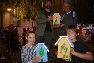 """Massemse vereniging hangt beschilderde nestkastjes in de bomen: """"Zo brengen we mensen en vogels samen"""""""