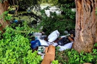 Cannabisboeren dumpen afval van plantage in vijver