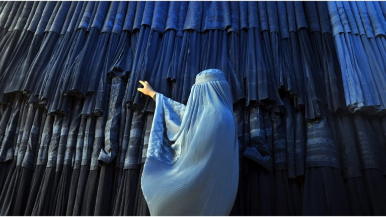 Ecco come le donne afghane mostrano cosa pensano delle rigide regole dei talebani