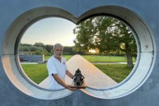 """Cafébaas voltooit levenswerk: """"Bronzen soldatenbroers uit Australië zullen hier voor altijd samen naar de opkomende zon kijken"""""""