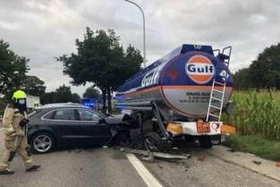 Porsche knalt tegen tankwagen