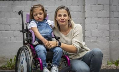 """'Wondermeisje' Neyla (4) kan na 44 operaties eindelijk naar school: """"Ze gaven haar nog twee weken, maar ik zag dat ze wilde leven"""""""