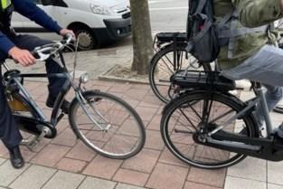 Politie houdt verkeerscontrole met oog voor overtredingen door fietsers