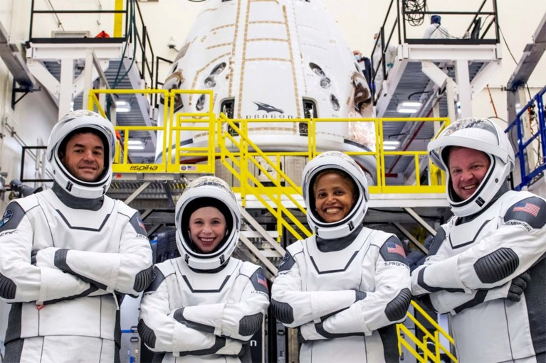 Il veicolo di lancio Falcon 9 di SpaceX è decollato con a bordo quattro turisti spaziali