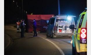 Motorrijder op slag dood na klap tegen verlichtingspaal