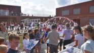 Kinderen van Lindel-Hoeven wandelen met brede glimlach naar nieuwe, multifunctionele school