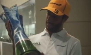 """F1-coureur Ricciardo geniet van zege in Monza en plaatst trofee op wel heel bijzondere plek: """"Ik ben sprakeloos"""""""