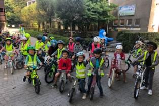 Leerlingen basisschool Heilig Graf fietsen erop los