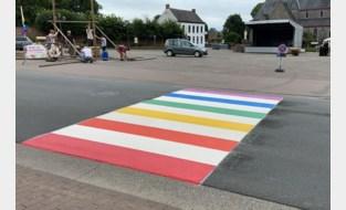 Eerste regenboogzebrapad van Scheldewindeke geschilderd