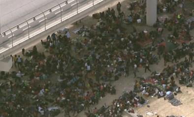 Duizenden migranten kamperen onder brug in erbarmelijke omstandigheden in Texas