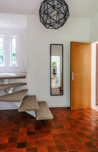 """Hoe een villa uit de jaren 70 een nieuw leven kreeg: """"Niet iedereen is weg van ons plafond, maar..."""""""