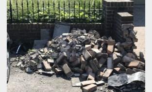 Twintiger valt in slaap en ramt twee auto's en muur bij ongeval