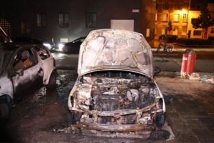 Auto brandt uit in Antwerpen-Noord, vuur beschadigt ook tweede wagen
