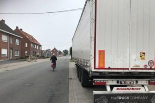 Levensgevaarlijk: trailer van vrachtwagen achtergelaten op druk bereden fietspad
