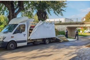 """Vrachtwagen rijdt laadbak kapot onder te lage brug: """"Weg vaak gebruikt als sluipweg"""""""