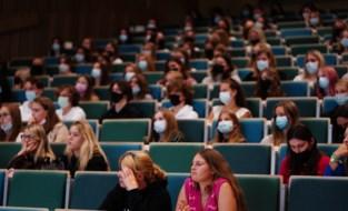 Maskers aan, ook al moet het niet: beeld van auditorium toont worsteling van hoger onderwijs met mondmasker