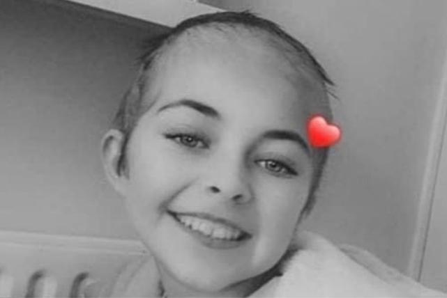 """Meisje (12) met kanker krijgt te maken met pestkoppen op school: """"Ze dreigden haar pruik af te nemen"""""""
