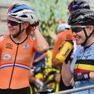 Anna van der Breggen heeft, net als Jolien D'hoore rechts, haar fiets aan de haak gehangen.