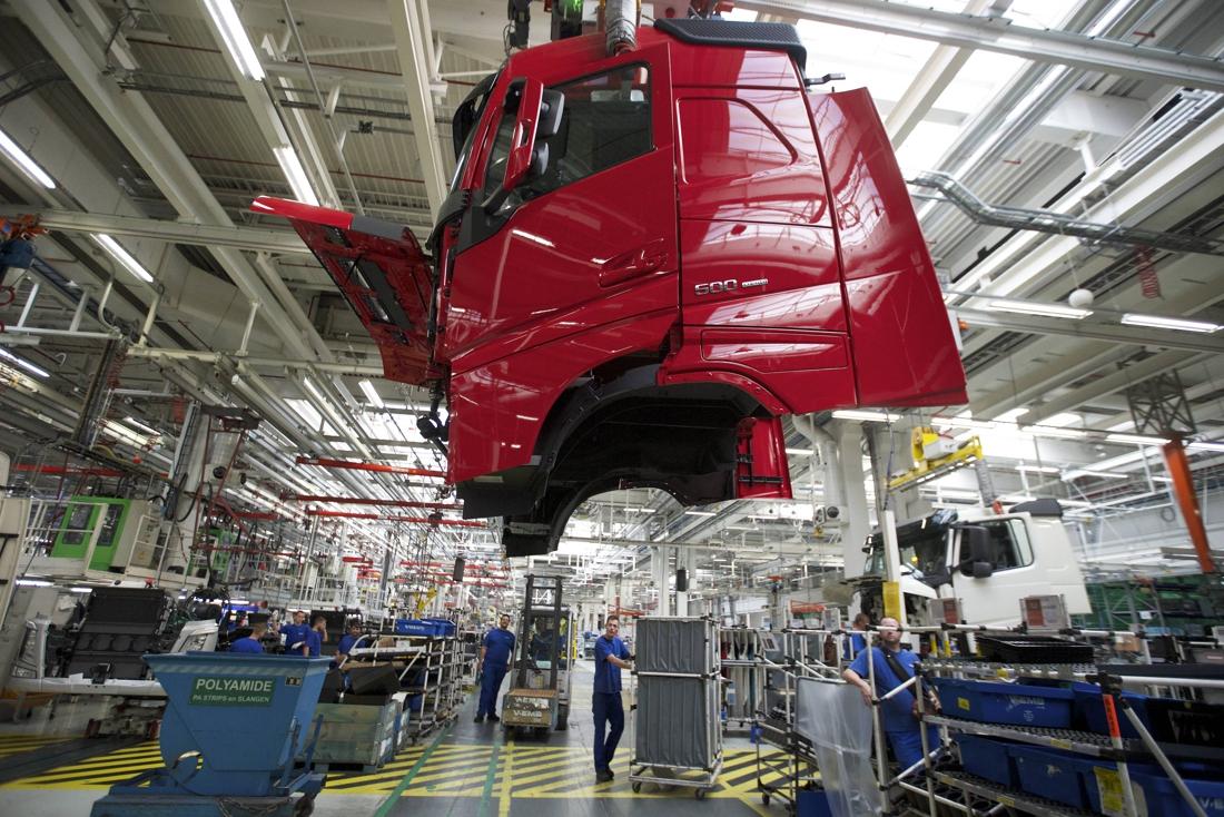 Drama bij Volvo Trucks: werknemer zakt in elkaar en overlijdt ter plaatse