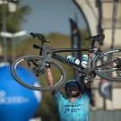 Alexey Lutsenko stak in Piazzola sul Brenta zijn fiets in de lucht aan de finishlijn.