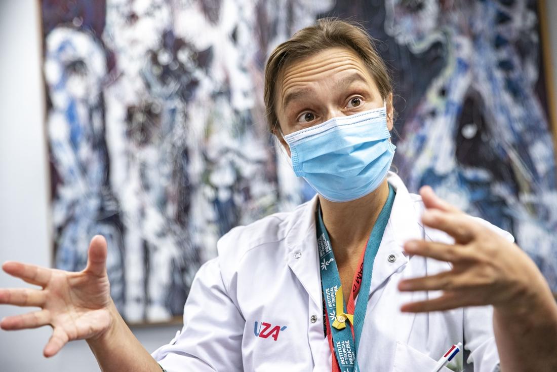 """Erika Vlieghe nog steeds met mondmasker in televisiestudio: """"We zeggen het al weken: wees voorzichtig met de herfstgolf"""""""