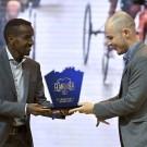 Tim Celen krijgt de trofee overhandigd uit de handen van Bashir Abdi.